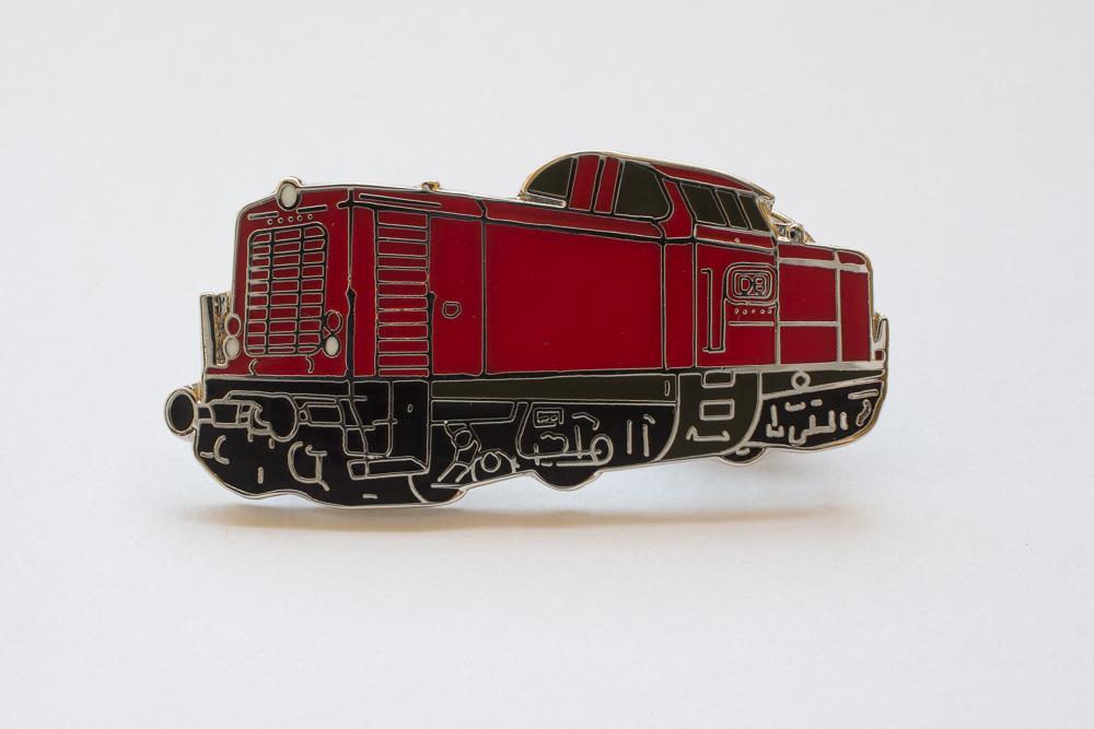 Handlackierter Ansteckpin Motiv Diesellok V100 schwarz/rot