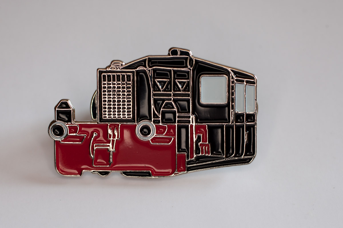 Handlackierter Ansteckpin Motiv Köff-2 schwarz/rot