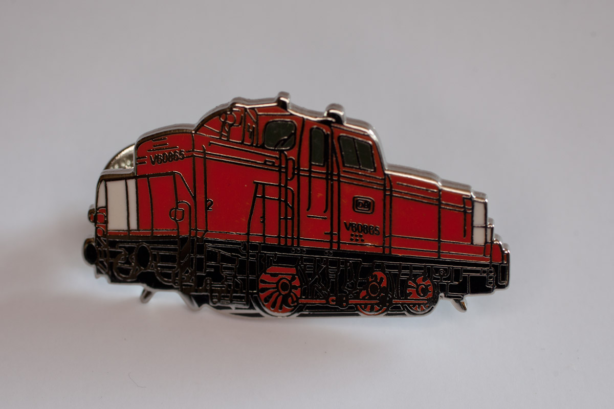 Handlackierter Ansteckpin Motiv Rangierlok V60 rot/schwarz